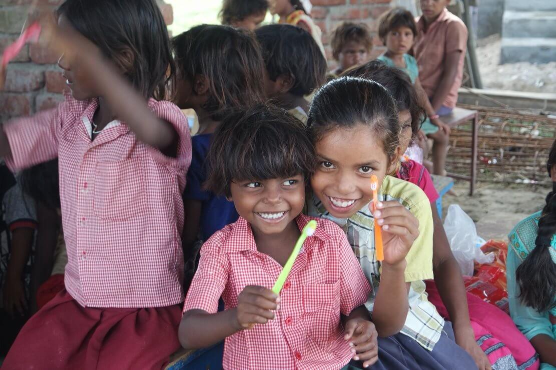 教哈尔菩提伽耶村子的孩子刷牙
