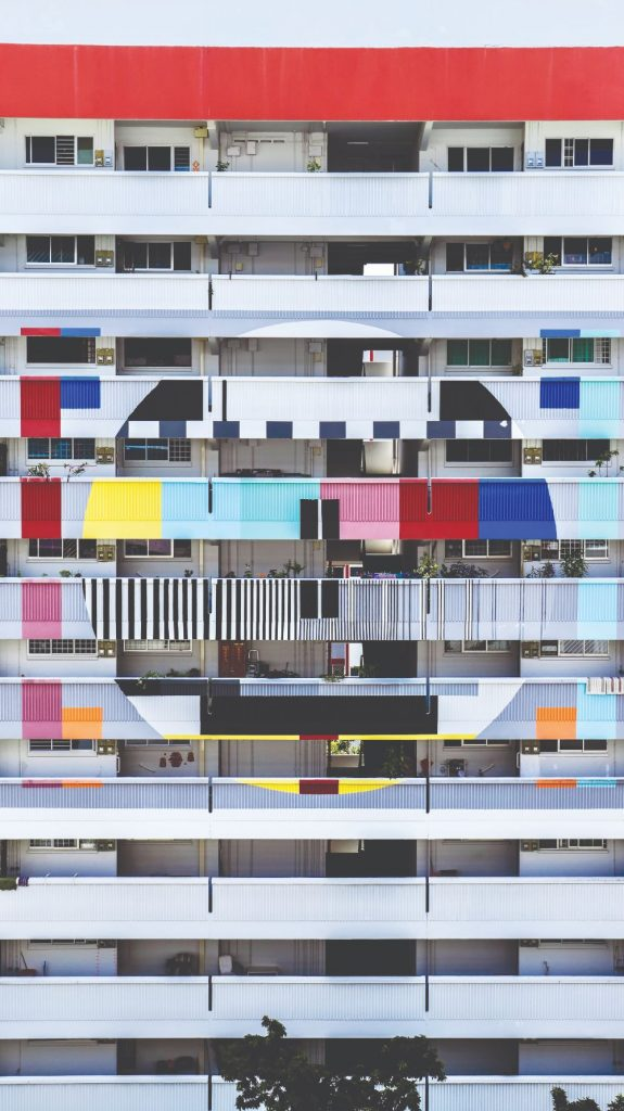 """位于新加坡淡滨尼41街组屋的""""复古电视墙""""是打卡景点。摄影:Digby Cheung"""